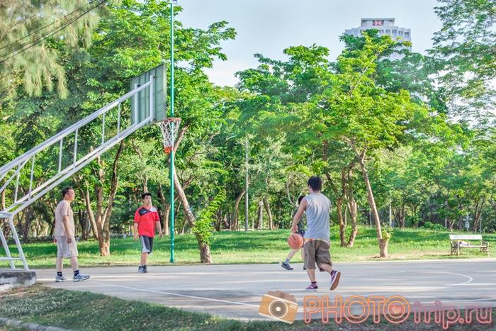 Люди играют в баскетбол в Люмпини Парке в Бангкоке