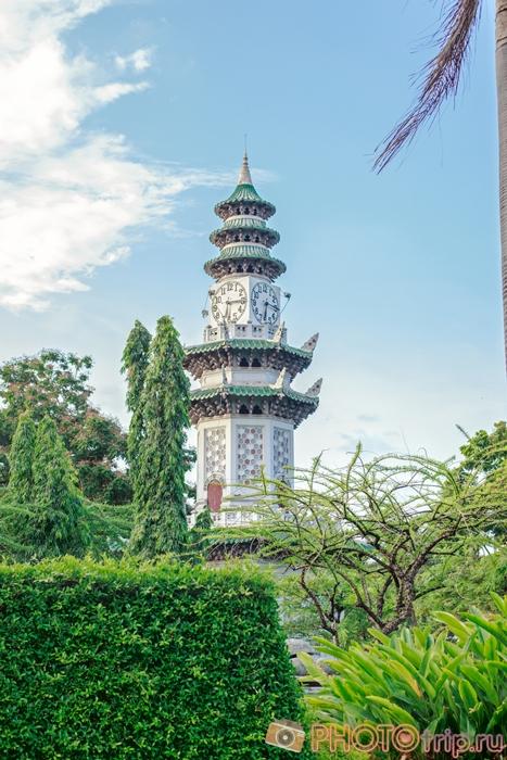 Башня в Люмпини Парке в Бангкоке