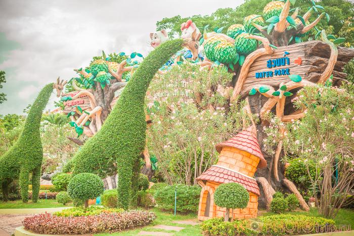 Растительность с указателями в Сиам Парк Сити в Бангкоке