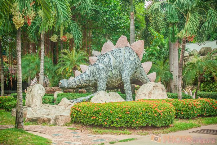 Динозаврик в Сиам Парк Сити в Бангкоке