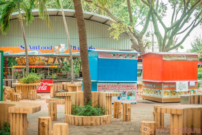 Закрытые ларечки в Сиам Парк Сити в Бангкоке